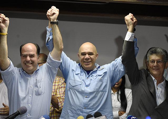 Jesús Torrealba, secretario ejecutivo de la MUD (centro), Julio Borges y Henry Ramos, diputados de la oposición venezolana