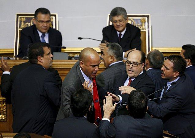 Parlamento de Venezuela juramenta a diputados objetados por el Supremo