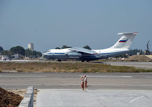 El avión ruso Il-76 en la base aérea de Hmeymim en Siria