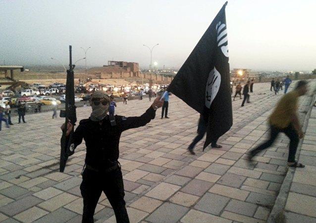 Terrorista con la bandera de Daesh (imagen referencial)