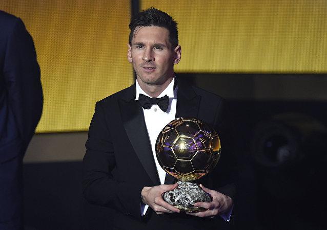 Lionel Messi, el futbolista argentino, recibe su quinto Balón de Oro de la FIFA