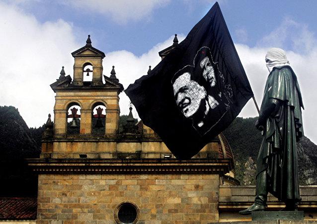 Bandera con imagenes de Che Guevara y Camilo Torres