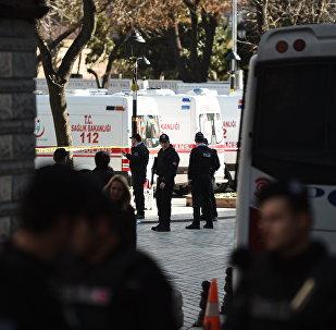 Policías turcos en el lugar del atentado en el centro de Estambul