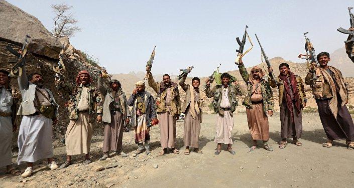 Soldados leales al Gobierno de Yemen alzan sus rifles