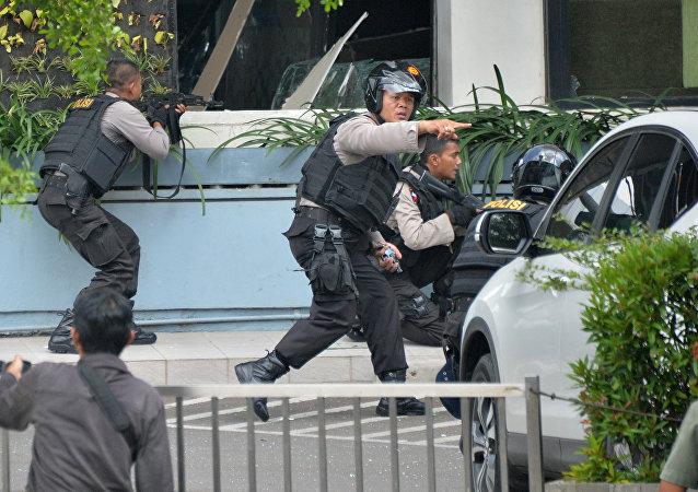 Policías indonesios durante el tiroteo tras el atentado en Yakarta