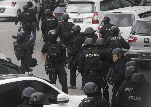 Los policías desplegados cerca del lugar de explosión en Yakarta, Indonesia eL 14 de enero del 2016
