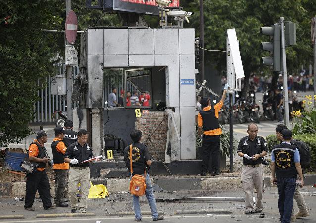 Policías en el lugar de uno de los atentados en Yakarta