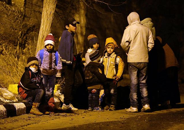 Niños evacuados de la ciudad siria de Madaya