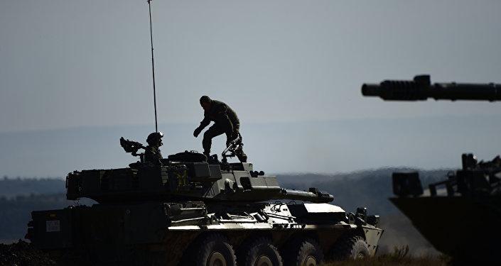 Un soldado de la OTAN en un vehículo durante las maniobras de la Alianza Trident Juncture Exercice en San Gregorio cerca de Zaragoza. Noviembre del 2015