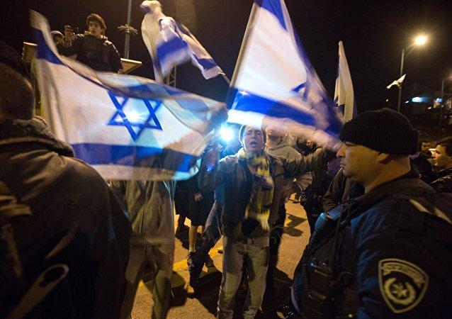 Colonos israelíes protestan cerca de la colonia de Otniel