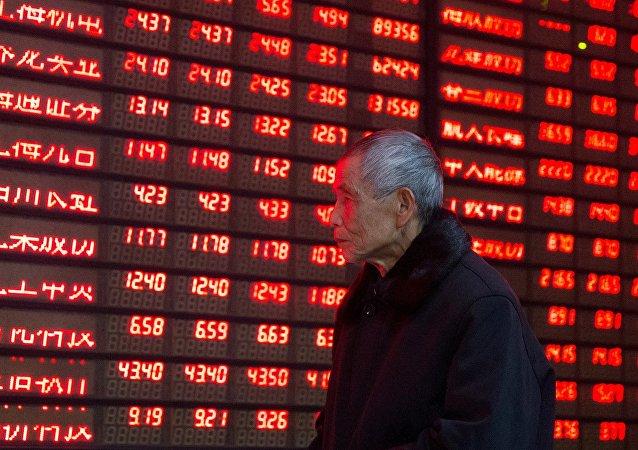 Información de acciones en una pantalla en China