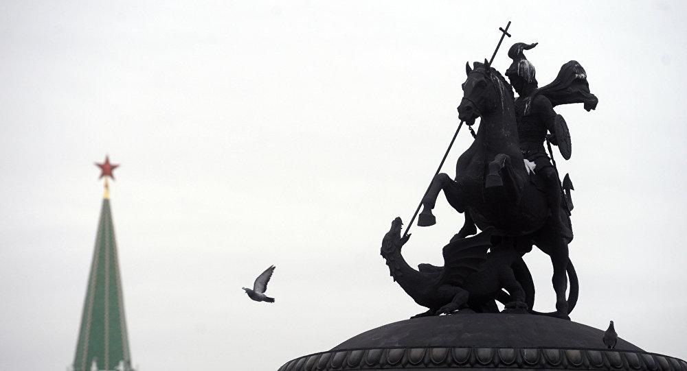 El Kremlin y la plaza Manézhnaia de Moscú