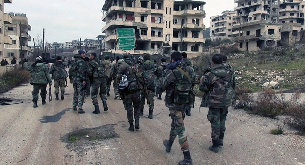 Las tropas gubernamentales de Siria y las milicias van adentro de la ciudad de Salma en la provincia de Latakia en Siria