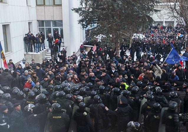 Unas 15 personas afectadas en manifestaciones frente al Parlamento de Chisinau