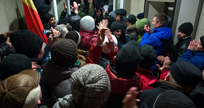 Los manifestantes entran en el edificio del Parlamento de Moldova en Chisinau