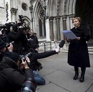 Marina Litvinenko lee una declaración frente a los Reales Tribunales de Justicia en Londres