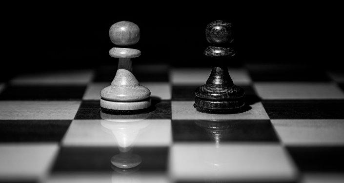 Dos peones en el tablero de ajedrez