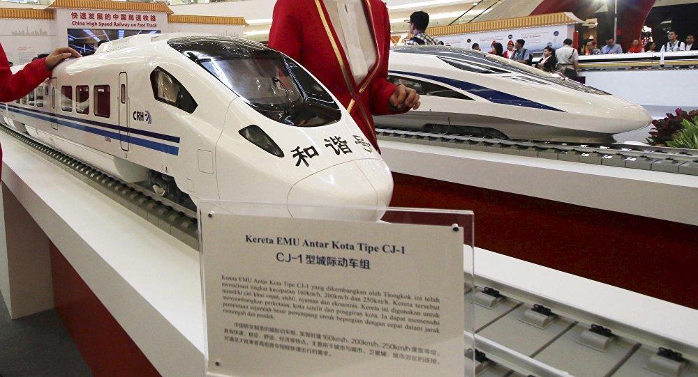 Modelos de los trenes chinos de alta velocidad en una exposición en Jakarta, Indonesia