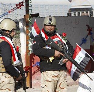 Los militares iraquíes guardan un punto de control en Bagdad