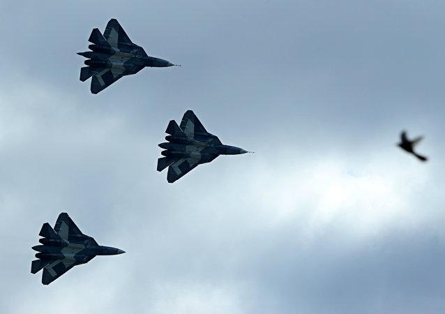 Los cazas furtivos T-50 en vuelo