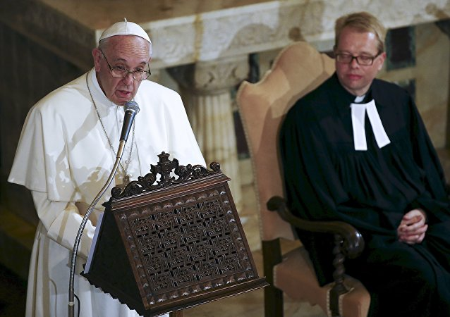Papa Francisco durante su visita a una iglesia luterana en Roma, Italia