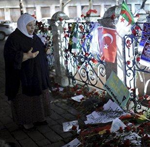 Una mujer reza en el lugar del atentado suicida en Estambul
