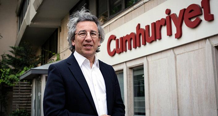 Can Dundar, el editor en jefe del periódico de oposición Cumhuriyet, habla a los medios de comunicación fuera de la sede de su periódico en Estambul, Turquía, el jueves 26 de noviembre de 2015