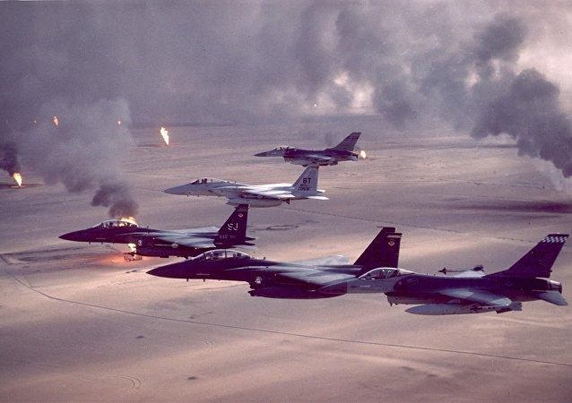 Cazas estadounidenses durante la Operación Tormenta del Disierto en el Golfo Pérsico, 1991
