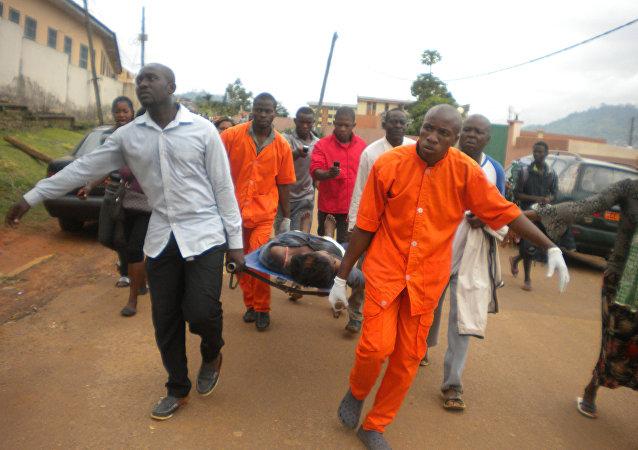 Los médicos cameruneses llevan un cuerpo (archivo)