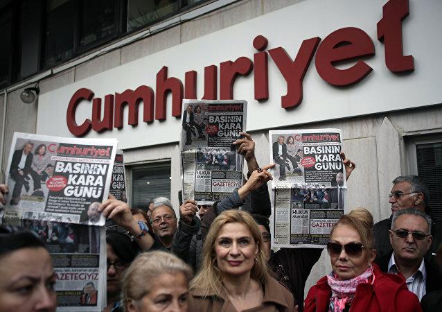 Manifestación de protesta en contra de cadena perpetua para dos periodistas turcos acusados de espionaje