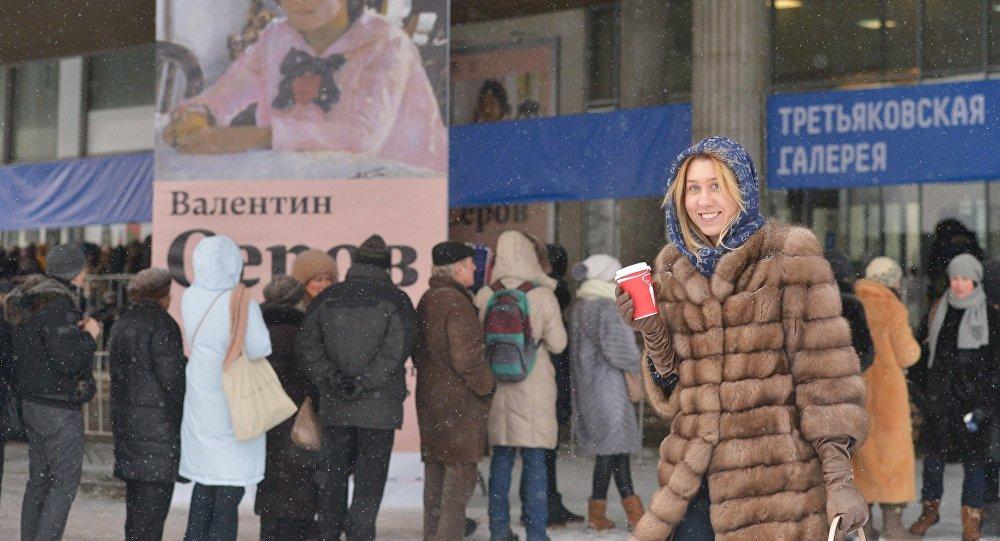 Cola a la exposición de Serov