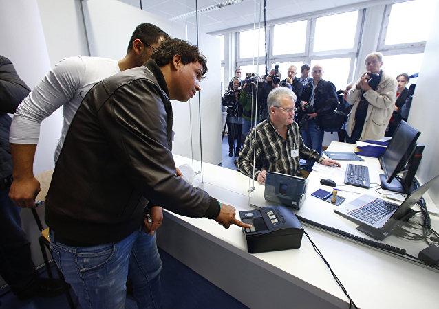 La toma de una huella dactilar en un centro de refugiados en Alemania