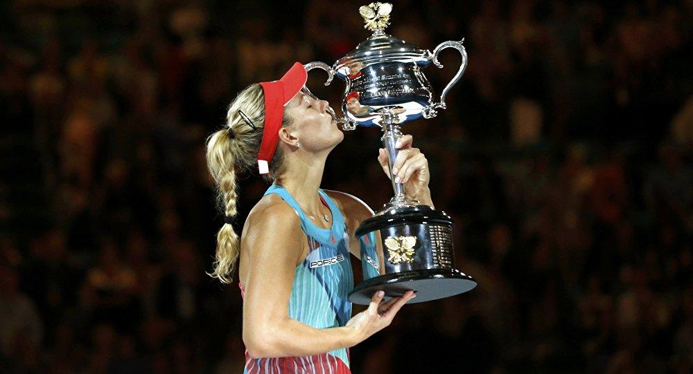 La jugadora alemana Angelique Kerber con su trofeo tras ganar a Serena Williams en el final del abierto de Australia