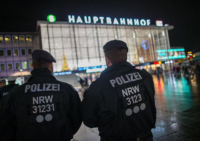 La policía en la plaza principal frente a la estación central de trenes donde ocurieron los asaltos de agresión sexual, robos y violación a mujeres en Colonia, Alemania