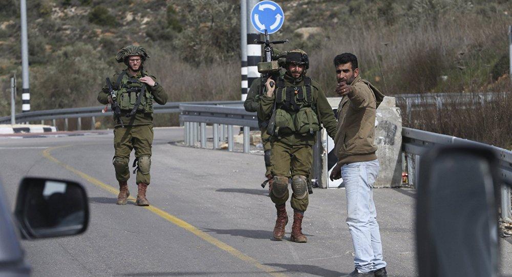 Soldados israelíes en un punto de control (archivo)