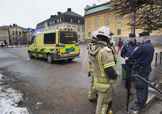 Rescatistas cerca de la escuela en Suecia, donde tuvo lugar la explosión