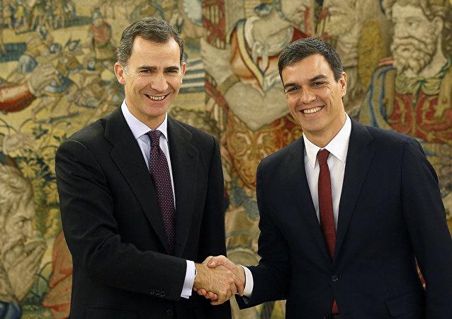 El Rey Felipe VI y Pedro Sánchez, líder de los socialistas del PSOE