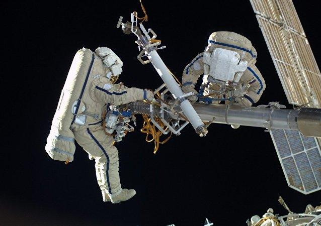 Cosmonautas rusos utilizan los escafandras Orlan-MK