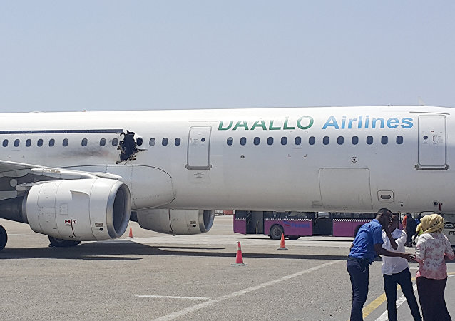 El avión de la compañía Daallo Airlines en el aeropuerto de Mogadiscio en Somalia después de la explosión