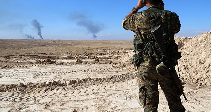 Un militar vigila la frontera entre Siria e Irak (archivo)
