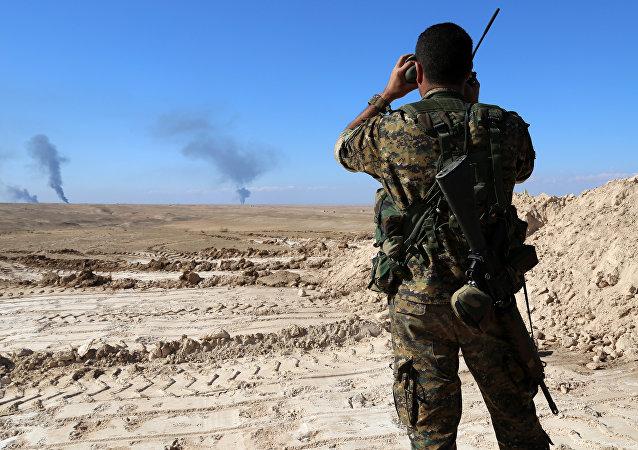 Soldado observa la frontera siria con Irak y Jordania