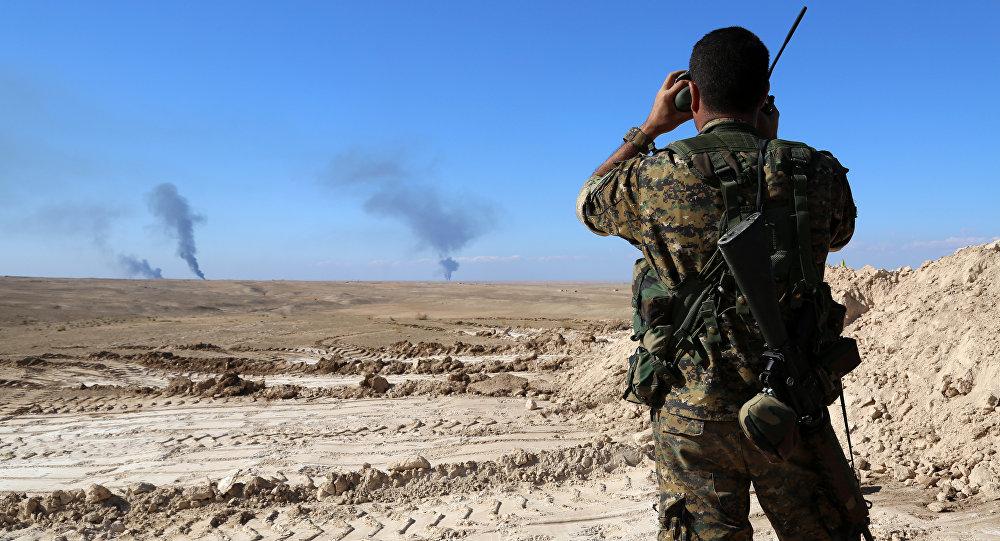 Un combatiente vigila la frontera entre Siria e Irak