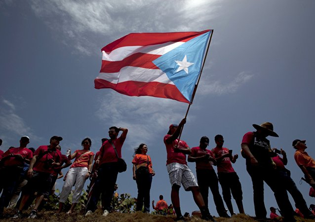 Un hombre con la bandera de Puerto Rico (archivo)