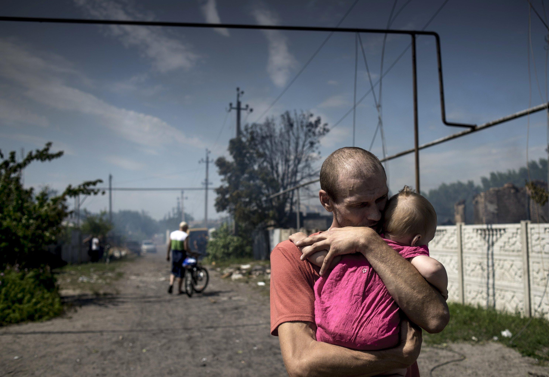 Habitantes de la stanitsa Luganskaya después de los bombardeos aéreos de las Fuerzas Armadas de Ucrania
