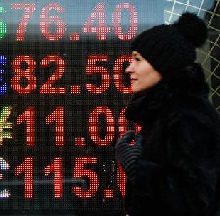 Una mujer cerca de una oficina de cambio en Moscú
