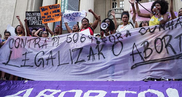 Demostración de mujeres a favor de la legalización del aborto en Río de Janeiro