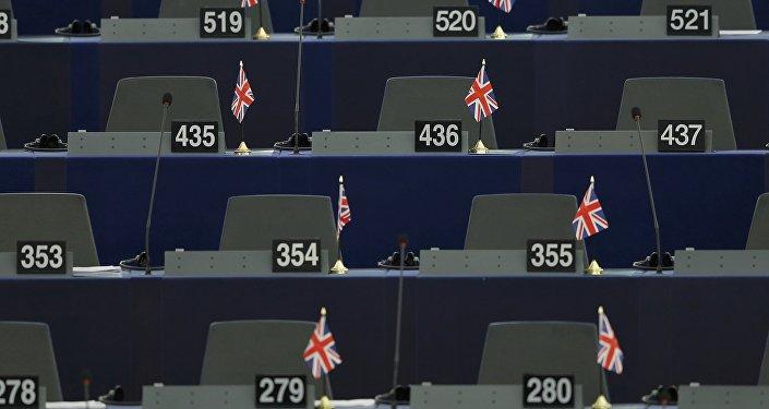 Las banderas del Reino Unido en las mesas de los miembros del Parlamento Europeo
