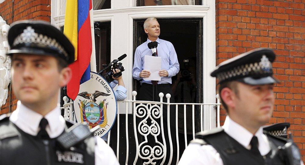 El fundador de WikiLeaks habla con los medios desde el balcón de la Embajada de Ecuador, 19 de agosto del 2012