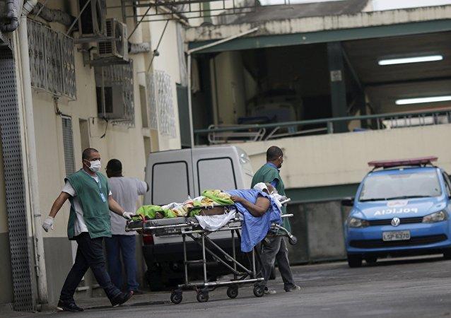 Los médicos transportan a un enfermo en Río de Janeiro, Brasil