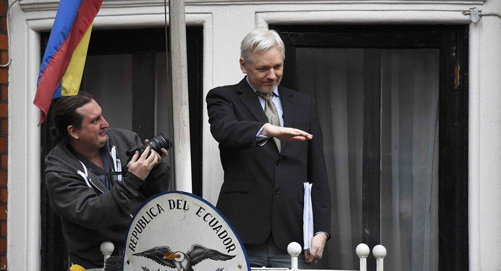 Assange en el balcón de la embajada de Ecuador en Reino Unido (archivo)